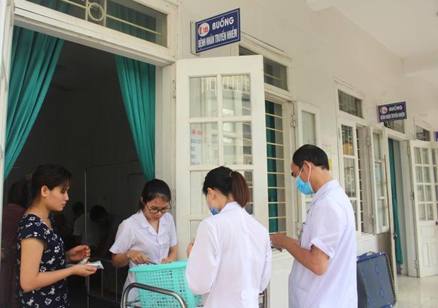 Các bệnh nhân bị ngộ độc điều trị tại khoa Truyền niễm nhận thuốc từ bác sĩ sáng nay (24/7). Ảnh: Đ.Tùy
