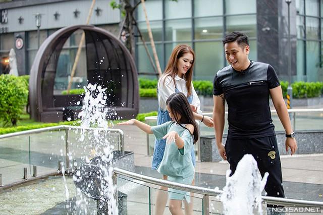 Mỗi khi rảnh rỗi, vợ chồng Minh Tiệp và con gái Minh Thuỳ thường đi dạo ở khu vui chơi dưới chân tòa nhà.