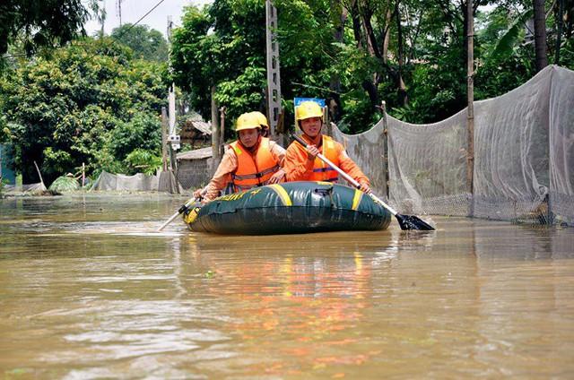 Hàng trăm hộ dân chưa đủ điều kiện cấp điện trở lại sau mưa lũ.