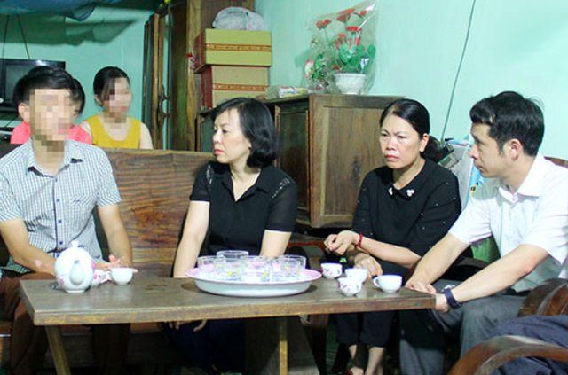 Đoàn công tác của ngành y tế thăm hỏi, động viên, chia sẻ với gia đình cháu P. Ảnh: Báo Sơn La.