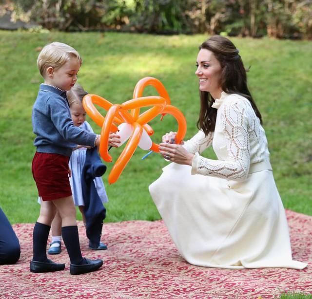 Kate thường xuyên đưa hai con ra ngoài chơi để các con có cuộc sống bình thường như bao trẻ khác. Ảnh: PA.