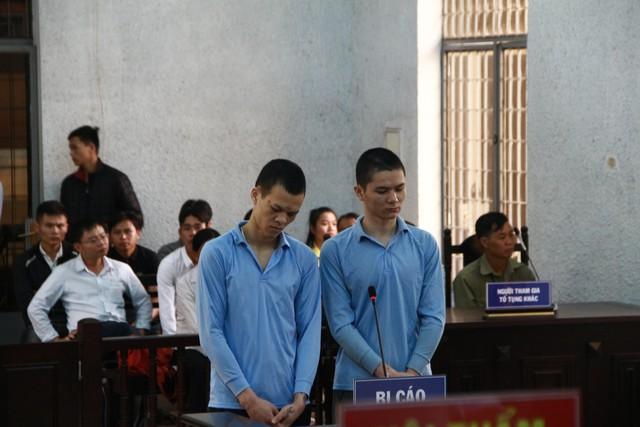 Bị cáo Thực (bên trái) và bị cáo Phóng tại phiên tòa.     Ảnh: Đức Huy