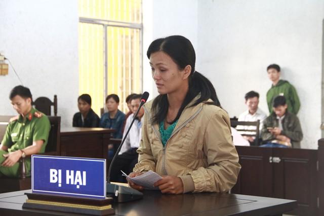 Mẹ nạn nhân khóc cạn nước mắt tại phiên tòa xử 2 kẻ sát hại con gái mình.