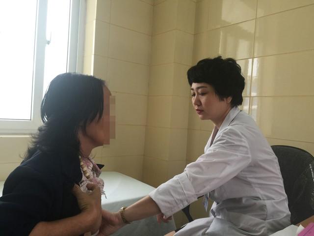 Bác sĩ Bệnh viện K thăm khám cho bệnh nhân tầm soát ung thư vú.     Ảnh: V.Thu