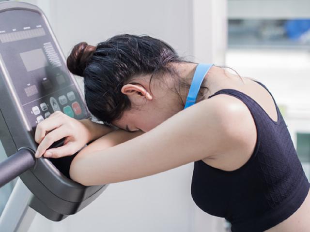 Chế độ ăn kiêng nghiêm ngặt có thể khiến cơ thể thiếu dinh dưỡng và mệt mỏi cả ngày