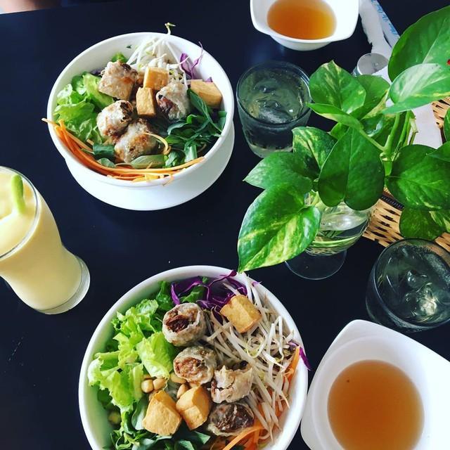 Nhiều thực khách của Veggie Saigon yêu thích các món Việt có chút biến tấu, phá cách như bún chả giò, mì quảng, diếp cuốn, bánh mì, gỏi bắp chuối... Địa chỉ: 92B Lê Lai, quận 1. Bên cạnh đó, bạn có thể ghé chi nhánh của Veggie Saigon ở quận Bình Thạnh. Ảnh: @mybodyisatempeh, @hamontvegan, @iwant2jfood, @zytravels.