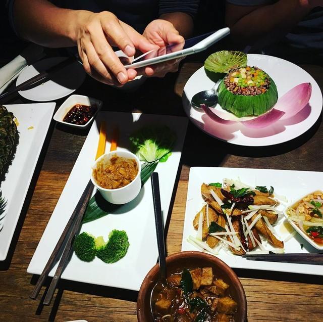 Là nhà hàng chay có tiếng, ngoài khách Việt, Hum Vegetarian còn thu hút nhiều thực khách nước ngoài đến thưởng thức. Địa chỉ: 32 Võ Văn Tần, quận 3. Bạn cũng có thể chọn một số chi nhánh khác của quán. Nhân viên của nhà hàng sẽ tư vấn món phù hợp với kiểu ăn chay của bạn. Ảnh: @fungarilla, @anan27smile, @chubbymushie, @ dieubinh_ .