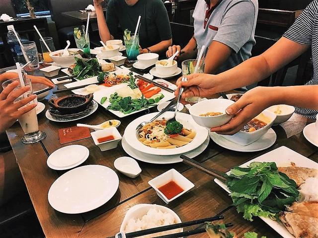 Đóa Sen Vàng: Một điểm khá dễ thương của quán chay này là thực đơn có đi kèm hình ảnh món ăn, vì thế bạn có thể dễ dàng chọn lựa theo ý thích. Ngoài các món Việt, quán còn phục vụ một số món ăn của các nước, như lẩu Thái, pad Thái, mì udon xào, cơm cháy Thượng Hải, đậu hủ Tứ Xuyên, vỹ né kiểu Pháp... Ảnh: @huqpham.