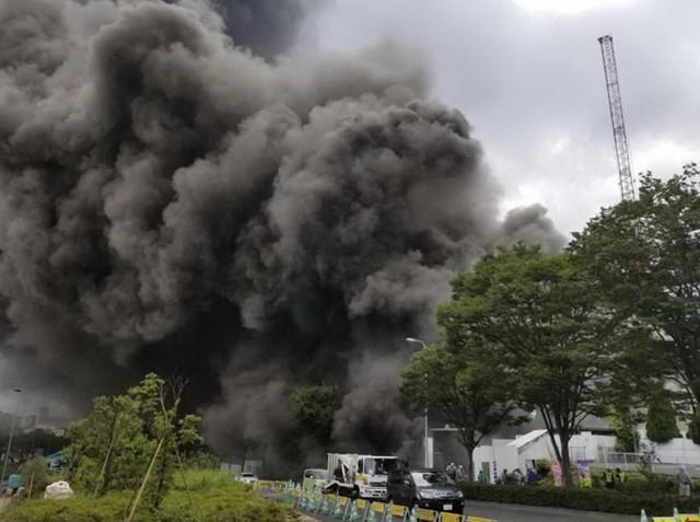 Khói bốc lên dày đặc từ vụ cháy công trình xây dựng