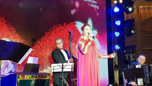 Nghệ sĩ Nga Natalia Kirillova hát trong Giao lưu hữu nghị, ca nhạc chào mừng ngày Quốc khánh Nga.