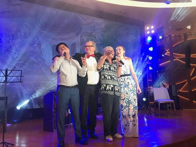 Các hội viên hội Việt - Nga hát cùng các nghệ sĩ Nga trong Giao lưu hữu nghị, ca nhạc kỷ niệm ngày Quốc khánh Nga.