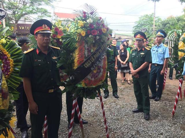 Vòng hoa viếng của cán bộ chiến sĩ Lữ đoàn 16 Quân khu 4. Ảnh: Vũ Đồng.