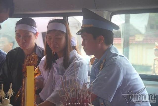 Chị Thục (vợ phi công Khuất Mạnh Trí) bên linh cữu, chuẩn bị đưa chồng về quê an táng. Ảnh: Vietnamnet