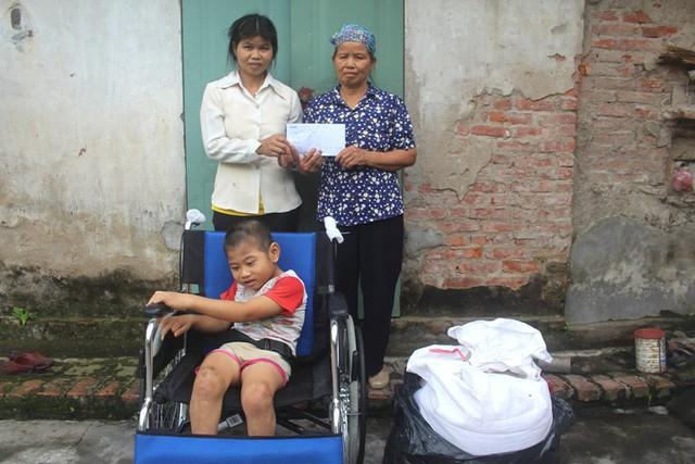 Gia đình chị Thơ nhận được số tiền hơn 1 triệu đồng và 30kg gạo từ nhóm thiện nguyện Công ty điện tử HaNet (TP.Hạ Long, Quảng Ninh). Ảnh: Đ.Tùy