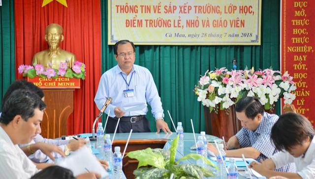Lãnh đạo Sở GD&ĐT Cà Mau thông tin với báo chí về việc cắt hợp đồng giáo viên mà trường tự ý nhận vào giảng dạy. Ảnh: Nhật Tân.