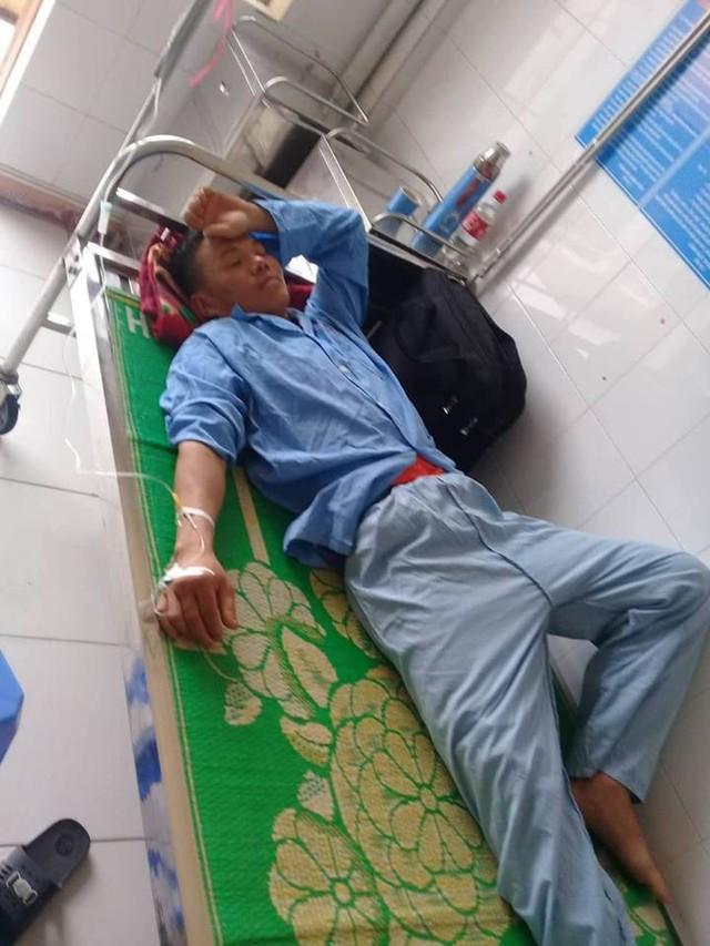 Anh Trung nằm điều trị tại Bệnh viện Đa khoa tỉnh Thái Bình. (Ảnh gia đình cung cấp).