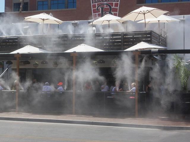 Sử dụng quạt hơi nước, quạt hơi đá, hệ thống phun sương... sẽ giúp điều hòa nhiệt độ