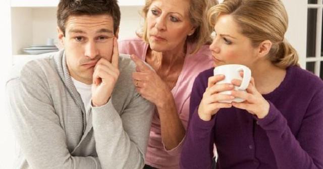Cặp vợ chồng trẻ không thể làm chuyện ấy ở nhà vì mẹ chồng (Ảnh minh họa)