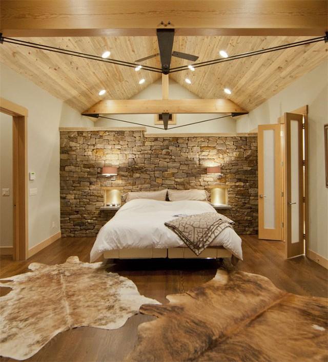 17. Tường đá tôn thêm vẻ đẹp hoang dã, nguyên sơ của phòng ngủ.