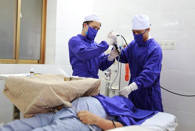 Bệnh nhân Th. được các bác sĩ Bệnh viện Đa khoa tỉnh Quảng Ninh tiến hành gắp mảnh xương vịt trong phế quản. Ảnh: Bệnh viện cung cấp