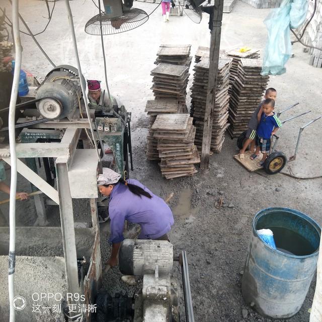 Không người trông coi, hai đứa trẻ hàng ngày phải theo mẹ đi làm gạch. Ảnh: Hoa Thạch.