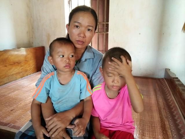 Nhà nghèo, một mình nuôi hai con thơ, chị Thơ lo lắng cho tương lai của hai đứa trẻ. Ảnh: Hoa Thạch.