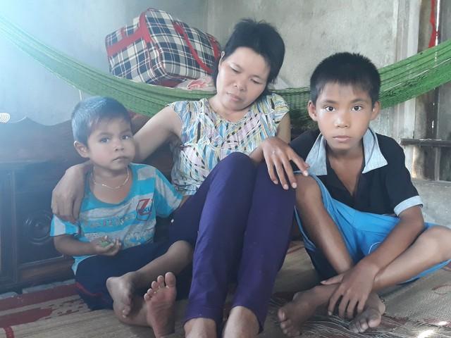 Bị ung thư máu nên mọi việc lớn nhỏ trong gia đình 3 mẹ con chị Minh phải phụ thuộc vào người mẹ già 72 tuổi.
