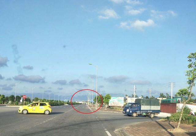 Cách trạm BOT Mỹ Lộc (khoanh tròn) khoảng 200 mét là lối đi vòng vào đường dân sinh mà tài xế thường chọn để né trạm thu phí. Ảnh: PV