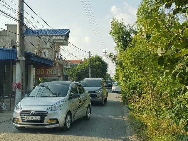 Mỗi ngày hàng trăm lượt ô tô đi qua đường làng thuộc tổ dân phố Hưng Lộc, thị trấn Mỹ Lộc gây xáo trộn cuộc sống của người dân.