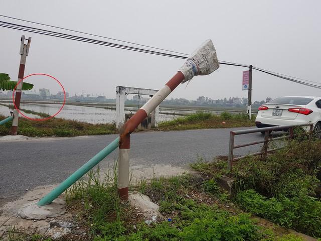 Mặc dù UBND xã Bình Minh, huyện Kiến Xương, tỉnh Thái Bình đã dựng barie ngăn chặn xe tải đi vào đường làng né trạm thu phí nhưng chỉ sau vài hôm lại bị phá hỏng.