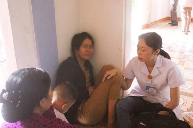 Người phụ nữ khóc ngất khi nhận được tin dữ, phải nhờ sự chăm sóc của nhân viên y tế. Ảnh: Thời đại