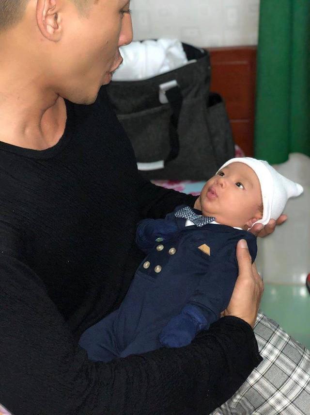 Khoảnh khắc con trai 1 tháng tuổi bắt chước biểu cảm của Lương Thế Thành cực đáng yêu.
