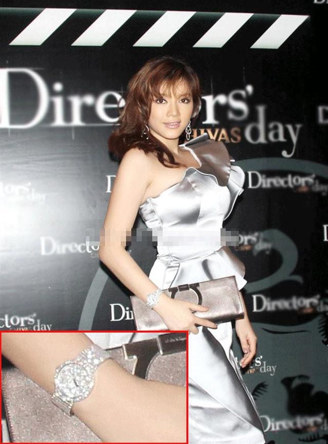 Lý Nhã Kỳ đeo chiếc đồng hồ trị giá hơn 6 tỉ đồng (300.000 USD) tại một buổi tiệc năm 2011.