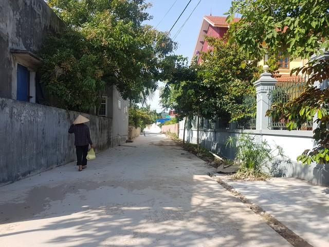 Người dân so sánh mức đầu tư xây dựng giữa đường xã làm với đường dân làm có sự chênh lệch lớn
