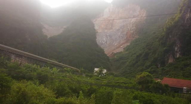 Mỏ đá của Cty Đồng Bành làm ảnh hưởng đến đời sống người dân.     Ảnh: H.Long