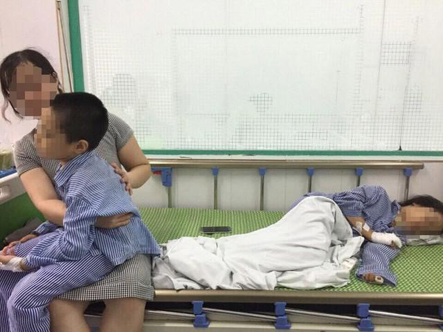 Khi về đến nhà chị H. được hàng xóm thông báo hai con đã được mọi người đưa đi viện.