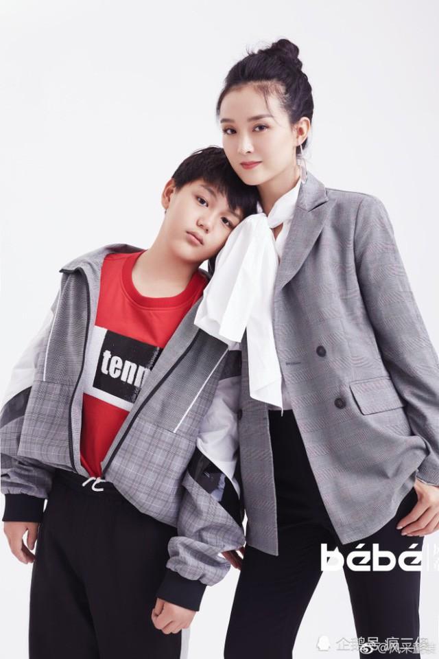 Con trai của Vương Diễm hiện đã 12 tuổi và thường xuyên tham gia khá nhiều sự kiện với mẹ. Cậu bé bạo dạn và cũng thích diễn xuất. Trong ảnh là hai mẹ con Vương Diễm trong một bộ ảnh thời trang thực hiện vào tháng 7/2018.