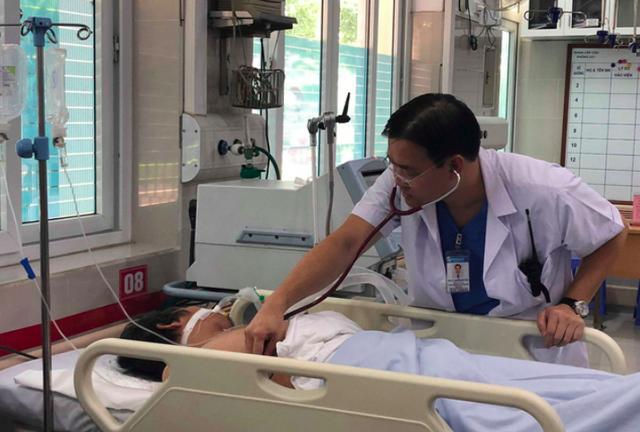 TS Nguyễn Anh Tuấn (Bệnh viện Bạch Mai) thăm khám cho người đàn ông nghi bị sốc nhiệt do nắng nóng, đưa vào viện cấp cứu sáng 4/7.     Ảnh: V.Thu