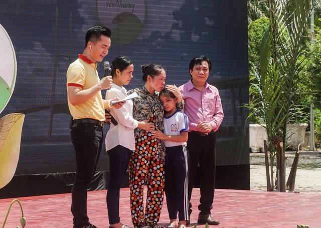 Ông Trần Hữu Phương – Giám đốc Chi nhánh Vinamilk tại Cần Thơ chia sẻ về sự hỗ trợ của Vinamilk dành cho gia đình bé Hoàng Thị Hồng Ngọc, là đối tượng thụ hưởng của Quỹ sữa Vươn cao Việt Nam.