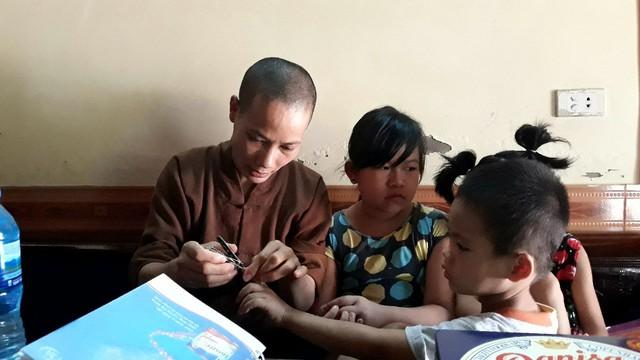 Dù rất yêu thương các bé nhưng trụ trì chùa Thái Ân vẫn mong muốn một ngày nào đó các cháu được trở về với bố mẹ đẻ của mình.     Ảnh: Mai Hương