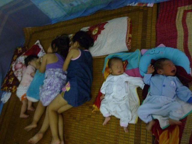 Có thời điểm một mình thầy Thảo chăm nuôi 2 trẻ sơ sinh và 4 cháu nhỏ.