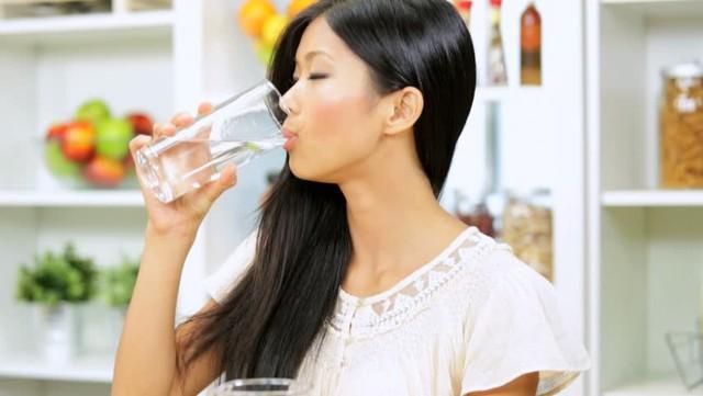 Không phải cứ uống thật nhiều nước đã là tốt. Hình minh họa