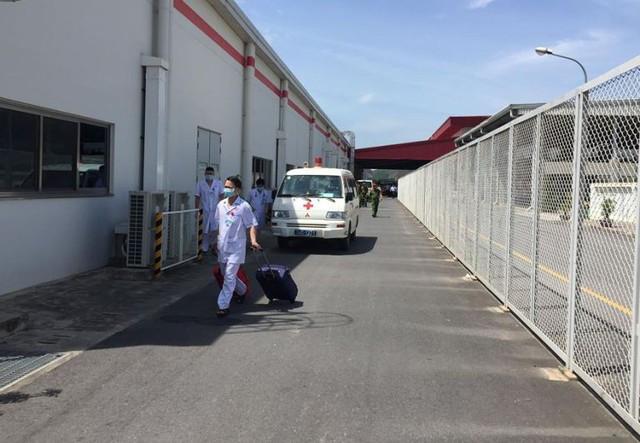 Xe cấp cứu và bác sĩ có mặt tại khu vực xảy ra sự viện tiến hành cấp cứu công nhân. Ảnh: Bạn đọc cung cấp