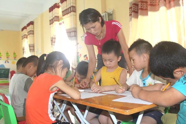 Hơn 1.000 giáo viên hợp đồng vượt định mức tỉnh giao ở Hải Dương đang lo lắng trước nguy cơ không có việc làm trong năm học mới. Ảnh: Đ.Tùy