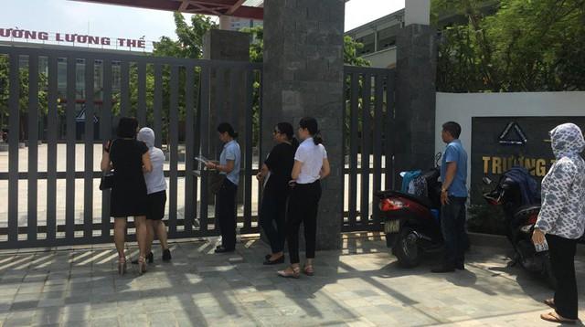 Phụ huynh ở cổng trường Lương Thế Vinh sáng 6/7. Ảnh: Lam Khê