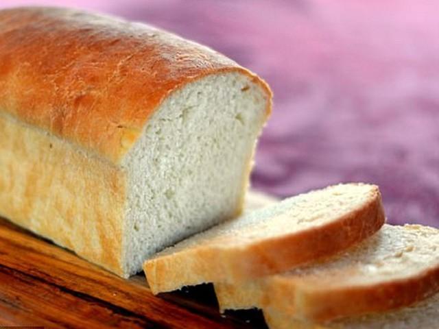 Bánh mì trắng làm từ bột lúa mì tinh luyện chứa nhiều tinh bột nhưng lại ít chất xơ và protein. Ảnh: SHUTTERSTOCK