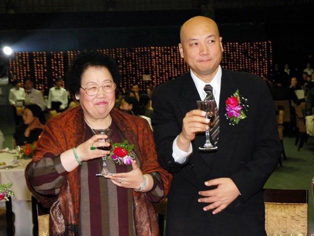 Bà Trần Lệ Hoa và Trì Trọng Thụy cưới giữa những búa rìu dư luận.