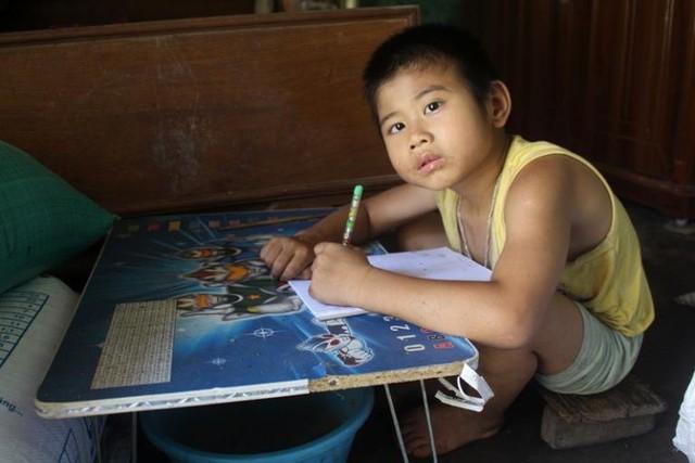Hiện tại, bé Dương đang học lớp 1 nhưng khả năng nhận thức rất hạn chế