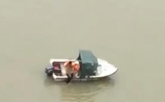 Nam thanh niên được CSGT đường thủy TP. Hải Phòng cứu sống. Ảnh: Cắt từ clip