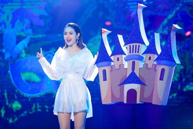 Minh Hằng biểu diễn hai bản ballad Điều em cần chỉ là anh và Em xin anh. Cả hai ca khúc đều là những sáng tác mới nhất được cô cho ra mắt khán giả gần đây.